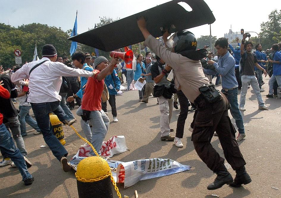 Demontrasi berujung bentrokan
