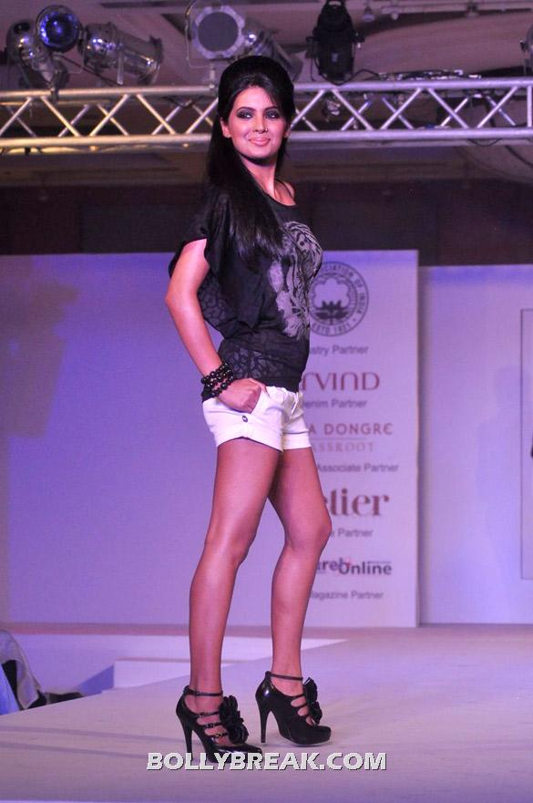 Geeta Basra in white shorts walk the ramp -  Geeta Basra & Jiah Khan walk the ramp
