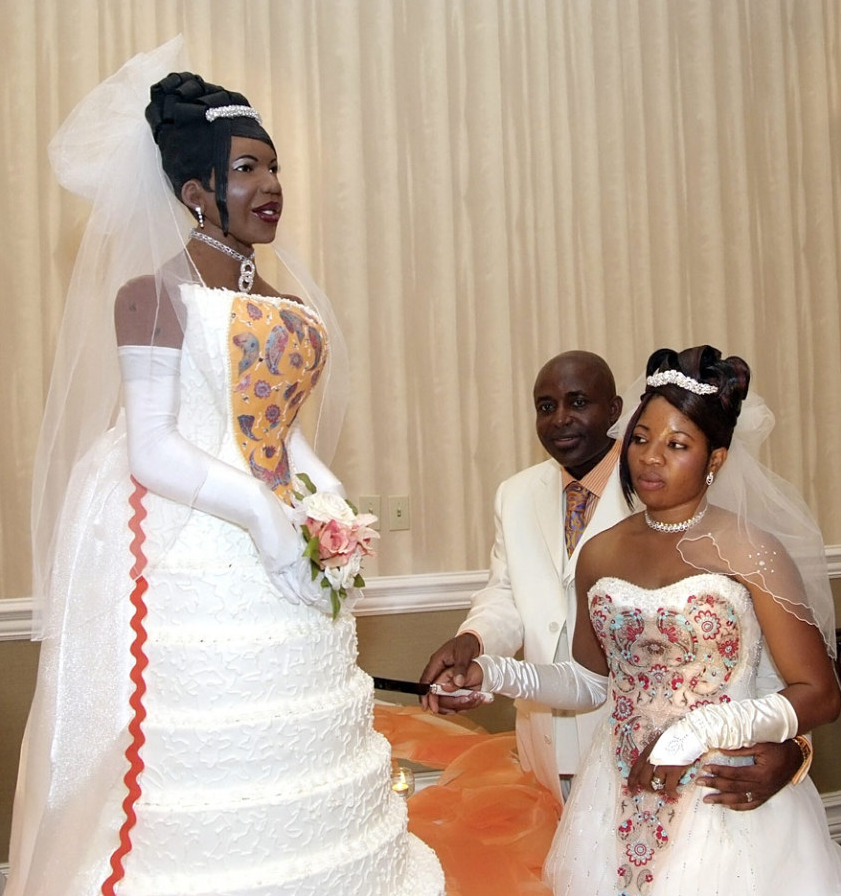 A wife renewing her wedding vows after 10 years of marriage opted for a cake