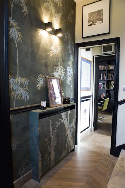 Schwarz dominiert in Pariser Wohnung - perfekt fürs Farbspiel der Accessoires