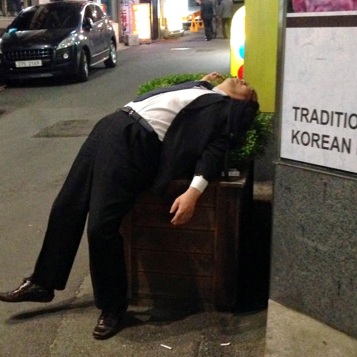 Coreano borracho de noche