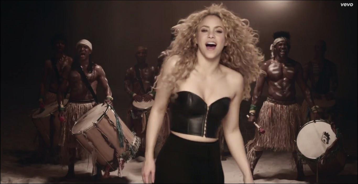 Shakira e homens tocando tambor - La la la (Brazil 2014) Blog Mineira sem Freio