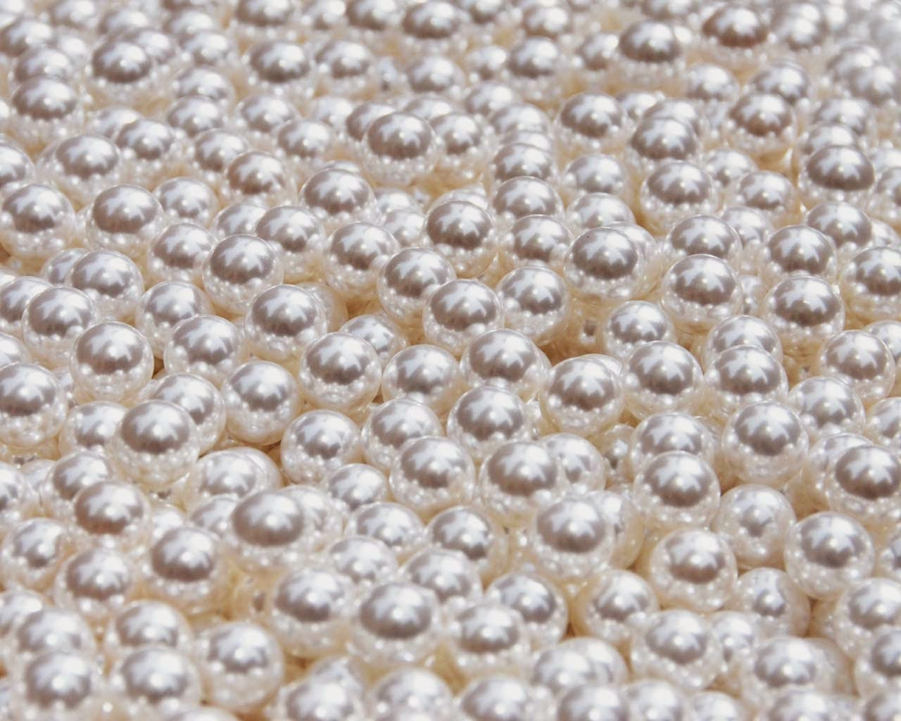 pearls free desktop background by Jeanne Selep