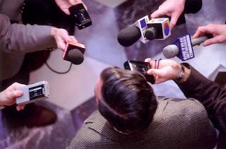Trabalhos de assessoria de imprensa - repórteres entrevistando a fonte