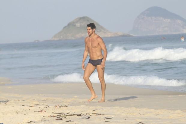 José Loreto foi à praia de sunga e mostrou o físico sarado