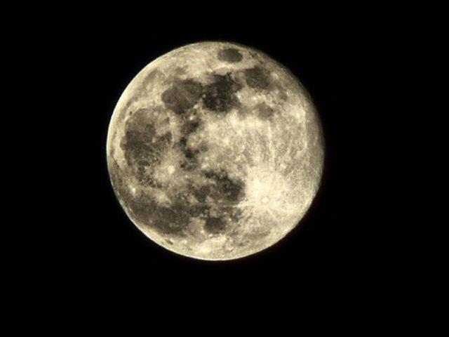القمر ... كما لم ترآه من قبل .. رااائع  Stunning-photos-of-moon-09