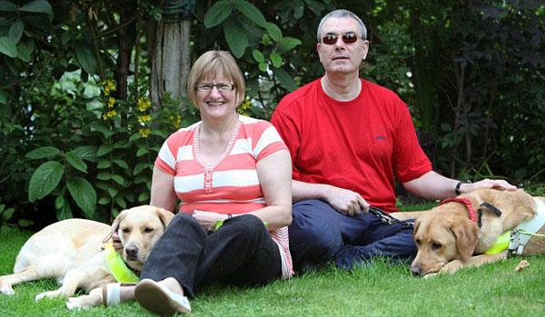 GAFFEY dan Claire bersama anjing mereka.