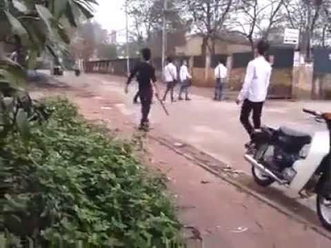Clip thanh niên chặn học sinh đánh bằng điếu cày