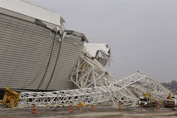A metal structure that buckled sits on part of the Arena Corinthians