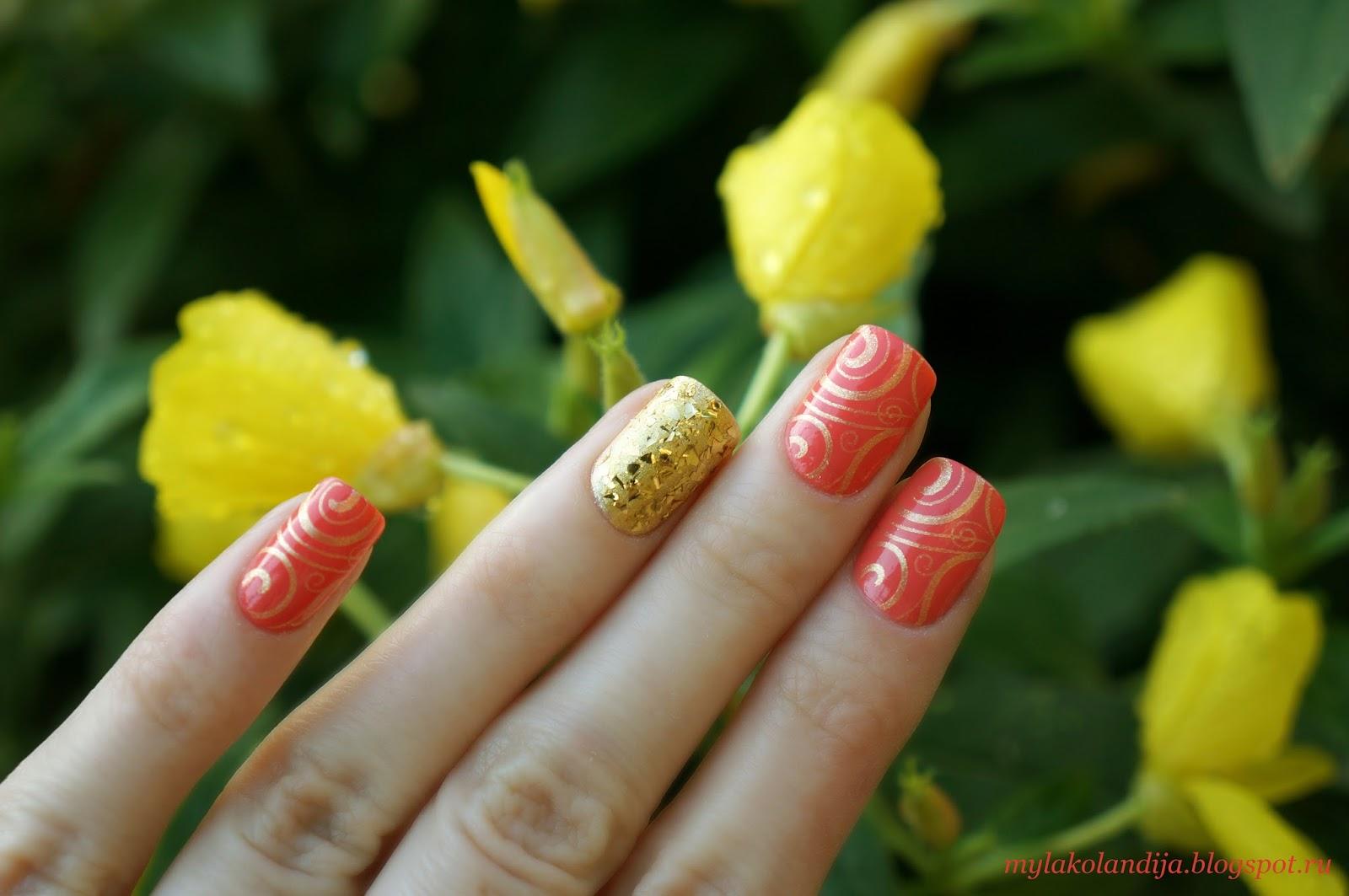 Маникюр в коралловом цвете с золотом