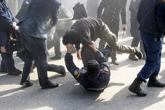 Ιωάννινα- Άγριες συμπλοκές ανάμεσα σε αστυνομικούς και αντιεξουσιαστές σε εκδήλωση της Χρυσής Αυγής. [Εικόνες-Βίντεο]