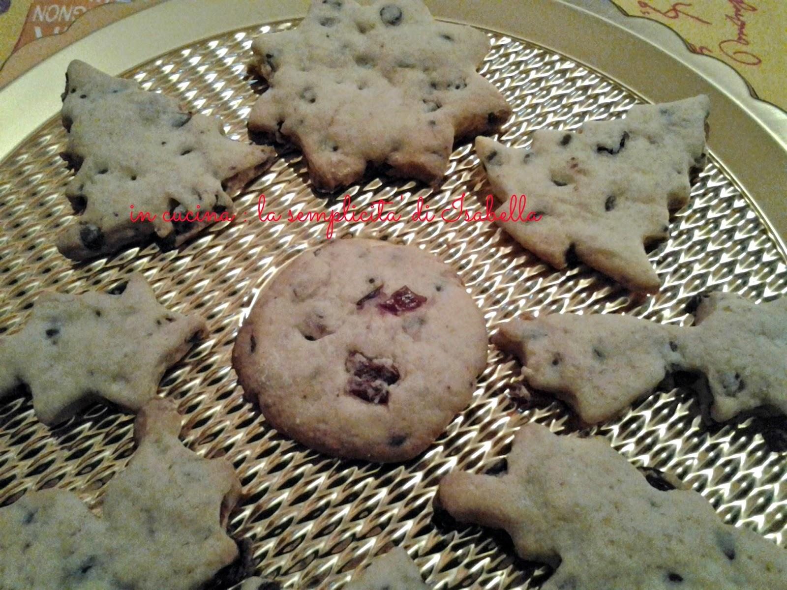 i biscotti che profumano di natale con mirtilli rossi essiccati e gocce di cioccolato.