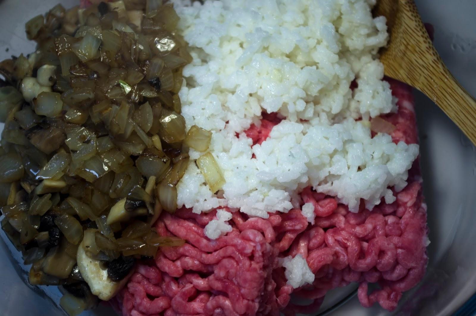mezclamos carne, cebolla y arroz