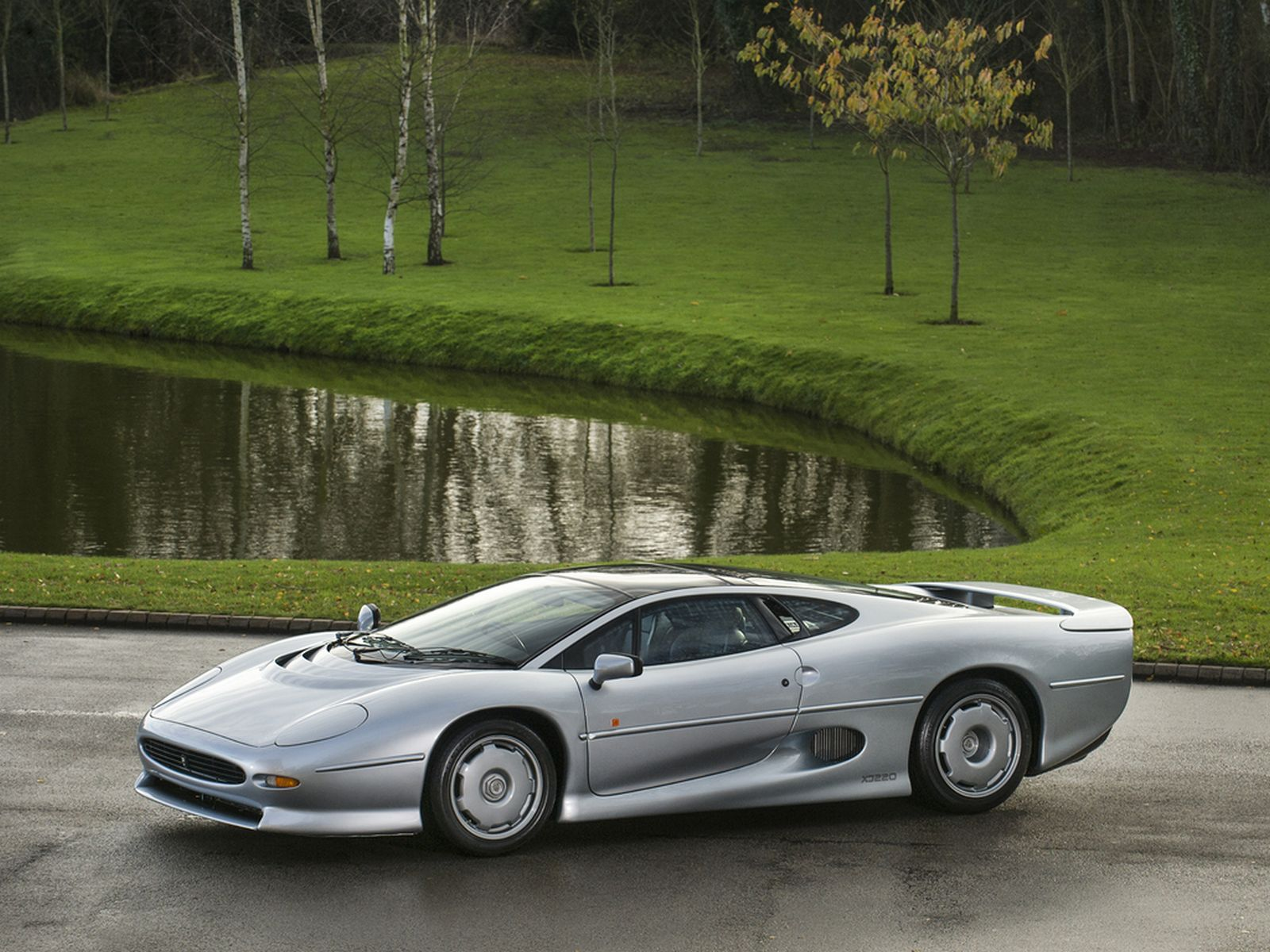 stunning silver jaguar xj220 available for purchase in the uk carscoops. Black Bedroom Furniture Sets. Home Design Ideas