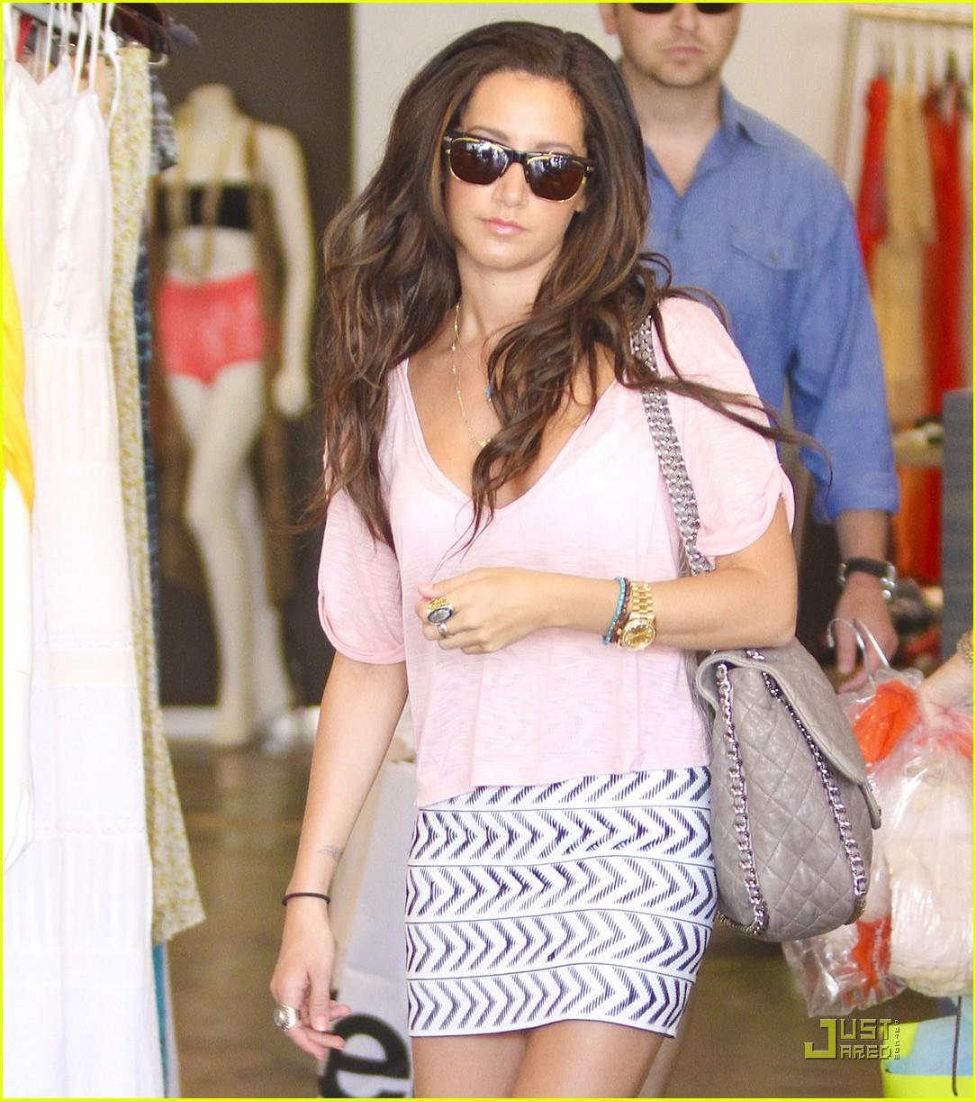 http://3.bp.blogspot.com/-8zr_MN1Gr6Y/Tg4jrXbCOuI/AAAAAAAAXlM/BG8zb-6dEAk/s1600/ashley-tisdale-bday-shopping-01.jpg