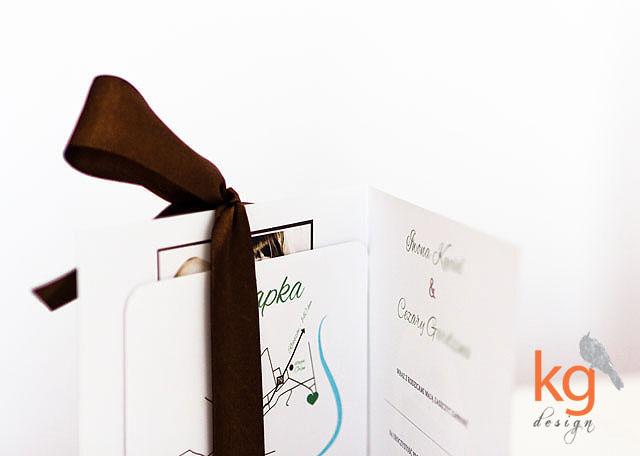 nietypowe, oryginalne, niepowtarzalne, artystyczne, klasyczne, eleganckie, wyjątkowe, ręcznie robione zaproszenia na ślub i wesele, zaproszenie ślubne wiązane wstążką, dodatkowa władka z zaokrąglonymi rogami, mapka dojazdu, potwierdzenie przybycia - RSVP, szmaragdowe zaproszenie, czekoladowe, brązowe, zielone, białe, sepia, monogram (inicjały i data) Narzeczonych, naklejana etykieta na kopercie, zaproszenie wiązane wstążką, zaproszenie ze zdjęciem, postarzane, retro, modern retro, kwadratowe, emerald, delikatne, oryginalne zaproszenie ślubne ze zdjęciem, kg design, gabriela kmiecik, zaproszenia ślubne bochnia, kraków, tarnów, warszawa,