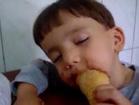 niño se duerme comiendo cono de helado video