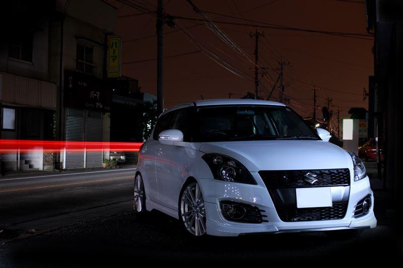 Suzuki Swift IV, świstak, hot hatchback, japoński samochód, miejski, miasto w nocy, motoryzacyjna fotografia