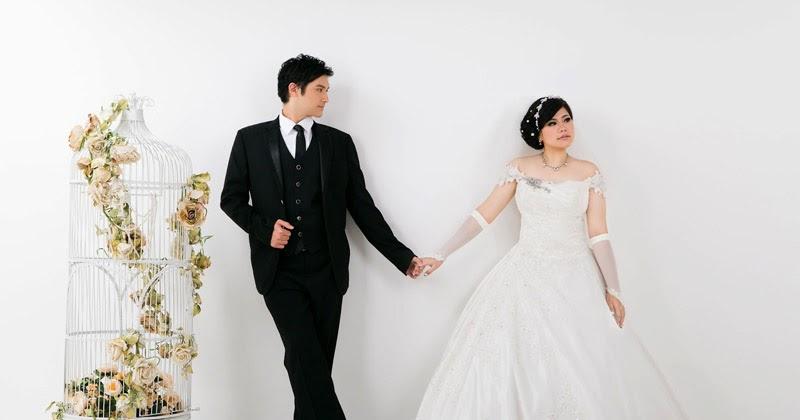 referensi pose foto prewedding indoor dengan gaun slayer