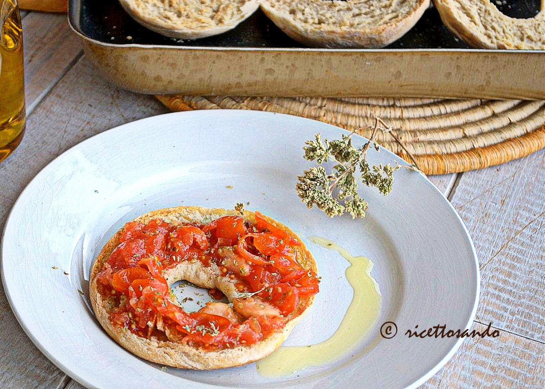 Friselle con lievito madre ricetta tradizionale servite con pomodoro fresco condito
