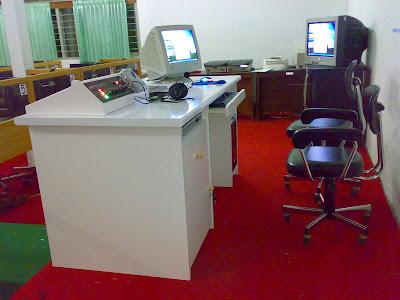 Tampak Meja Master Warna Putih - laboratorium bahasa multimedia