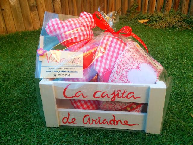 Canastilla Mini artesanal con baberos y osito