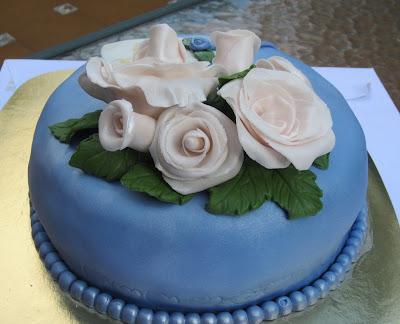 Tarta fondant con rosas para cumpleaños
