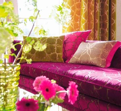 Nuansa Romantis ruang tamu pada warna ungu muda