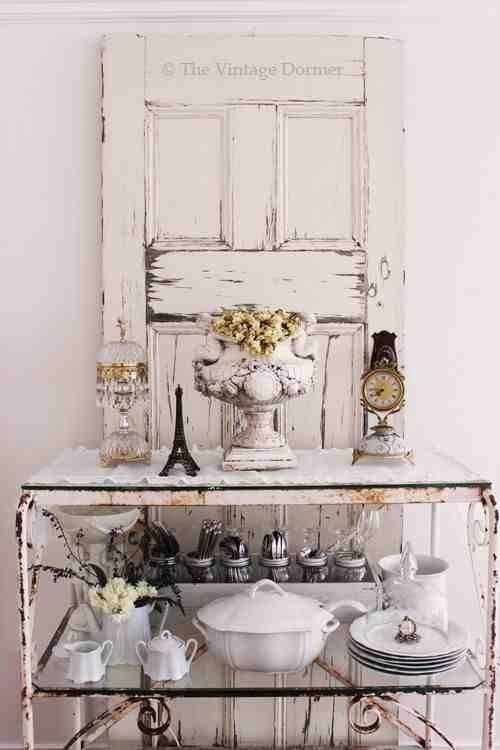 Stare białe drzwi za metalowym stolikiem dekoracja rustykalna wętrz