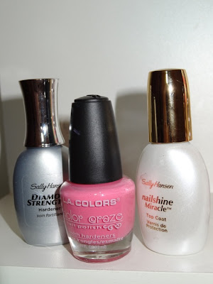 Esmalte L.A. Colors. Rosa neon. Diamond Strength e Nailshine Miracle da Sally Hansen.