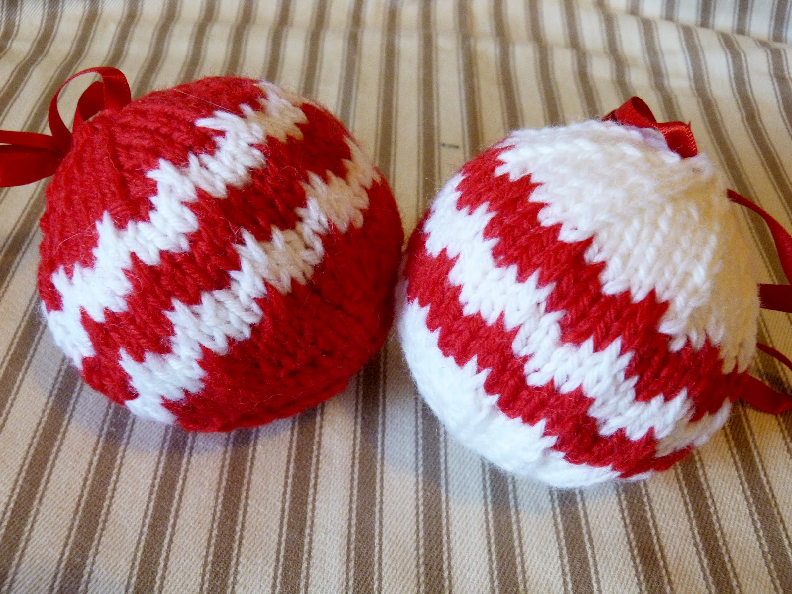 Knitting Pattern Christmas Baubles : Handmade by Bunny Bosworth: Tutorial: Hand Knit Chevron Baubles