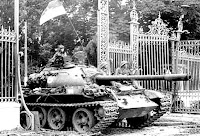 Fall of Saigon. Tank Presidential Palace gates