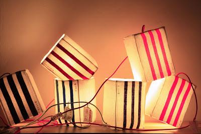 peint à la main - lampe KUB - design -lampe - deco - aix en provence - creation- fait main - made in france - luminaire - luminaires - à poser - à suspendre - lin- toile de jute - PcM - pcm - lampe de couleur - eco design - matières naturelles - matériaux recyclés - pièces uniques - petites séries - décoration - artisanat - baladeuse - lampe POM - cintre - bonbonne d'eau - recyclage - pom - cordon textile - lampe fruit - drapée - amidonné - amidon - textile - fibre végétale - rayures - bonbon – provence – cintres de pressing – brode – couds – couture – broder – souder – soude – dessin de modèles – créations – fabrication française – produits locaux – exposition – peinture à l'eau – tissu – lampe textile – cousu main – 100 % fait main – pascale marquier – modèle unique - lampe personnalisable - personnalisable -