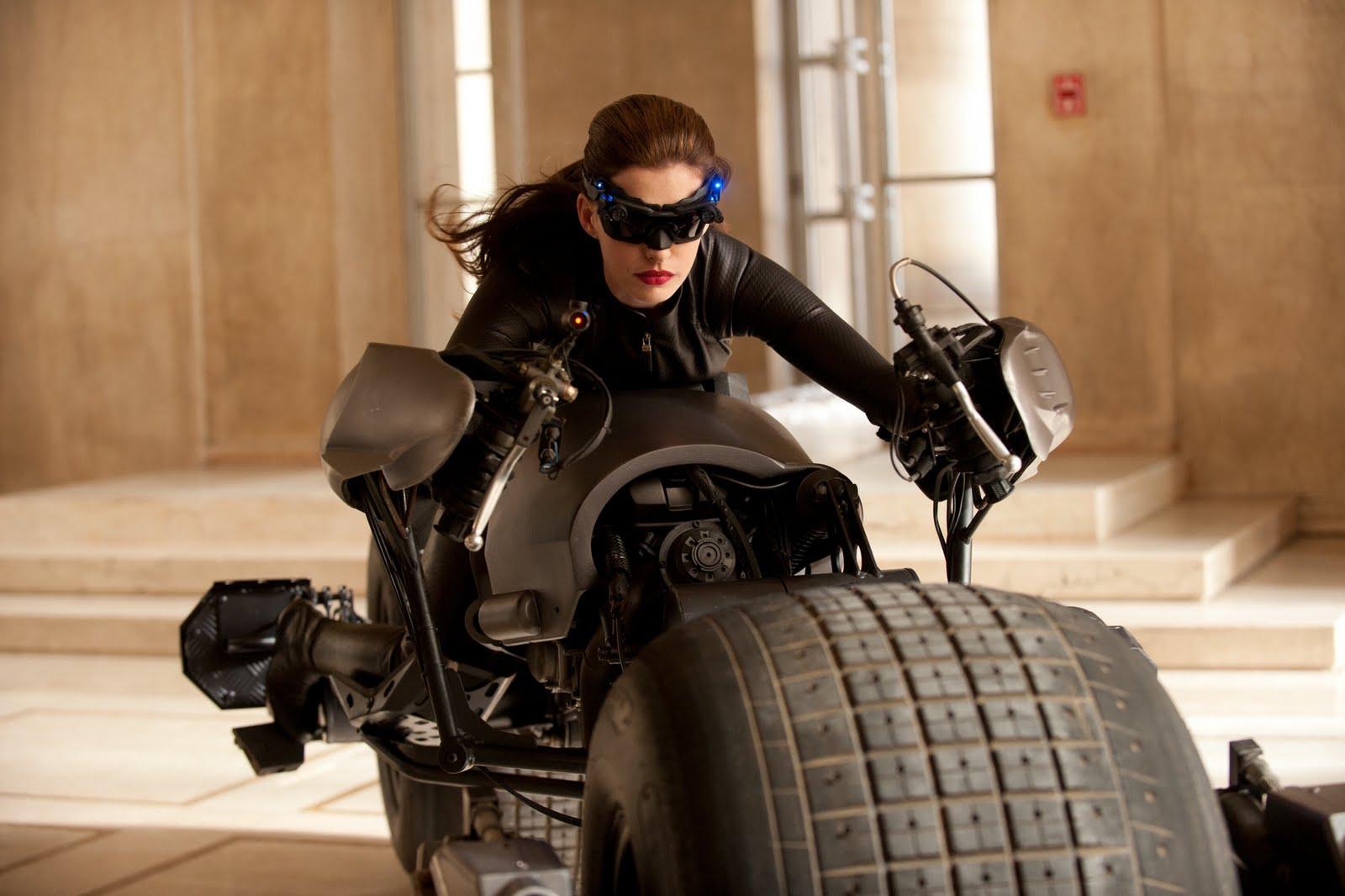 http://3.bp.blogspot.com/-93x60hWa_WM/TjuwMwEirGI/AAAAAAAABYA/thwW8SRiYqo/s1600/official-anne-hathaways-catwoman-batman-movie-dark-knight-rises-costume.jpg