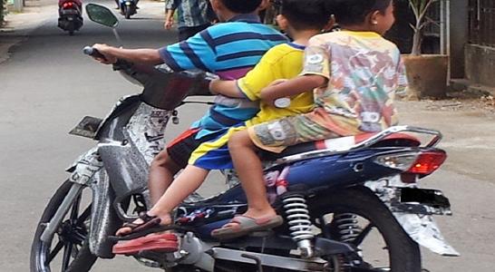 Anak kecil naek motor