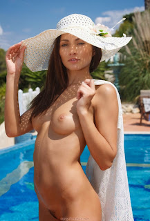 业余色情 - feminax-sexy-michaela-isizzu-nude-and-naked-in-the-pool-06-766197.jpg