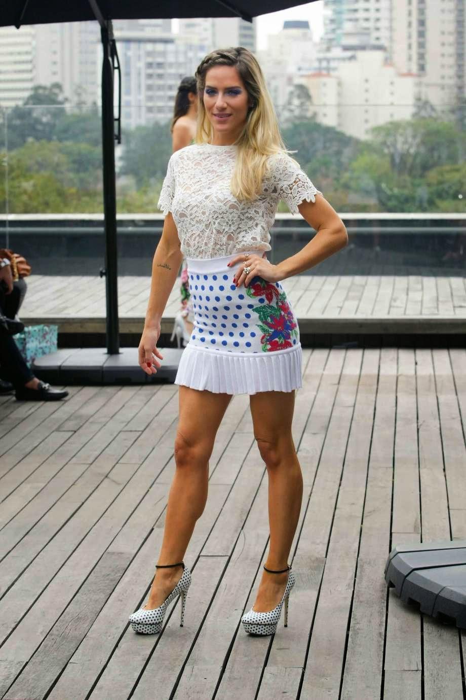 A atriz Fiorella Mattheis desfilou com um vestido branco transparente