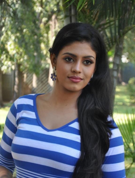 Tamil Actress Iniya Latest Photo Stills Vaagai Sooda Vaa Heroine