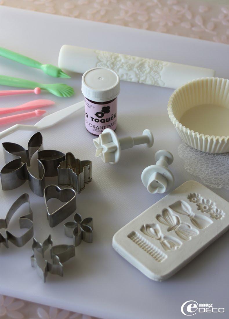 Matériel de pâtisserie et ustensiles nécessaires à la réalisation de cupcakes décorés de pâte à sucre