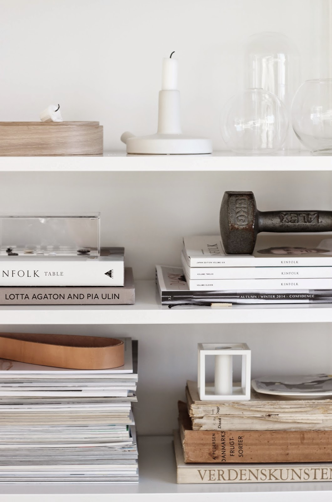 string shelving system, shelfie, shelf styling via http://www.scandinavianlovesong.com/