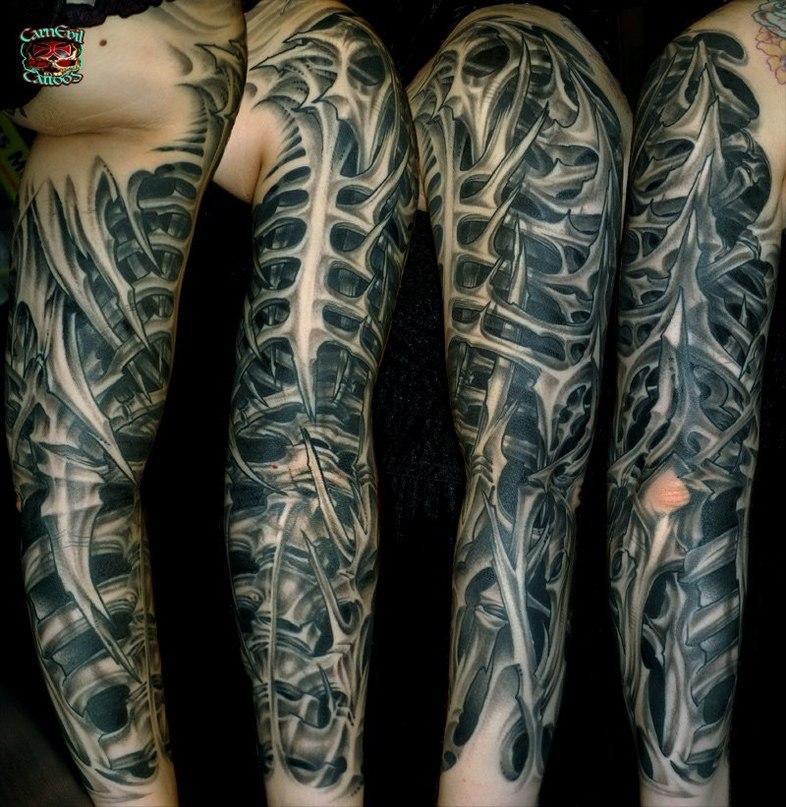 espectacular tatuaje biomecanico en el brazo de un hombre hecho con forma de costillas