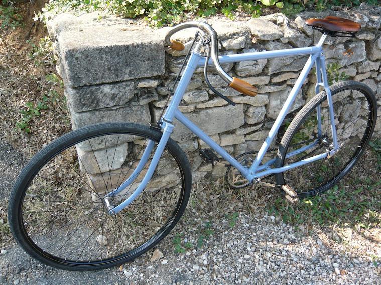 "Hirondelle 1905 modèle dit ""outil"" bleu horizon, guidon 1/2 cintre"