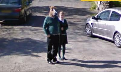 hombre con máscara de cabeza de caballo en street view 2012