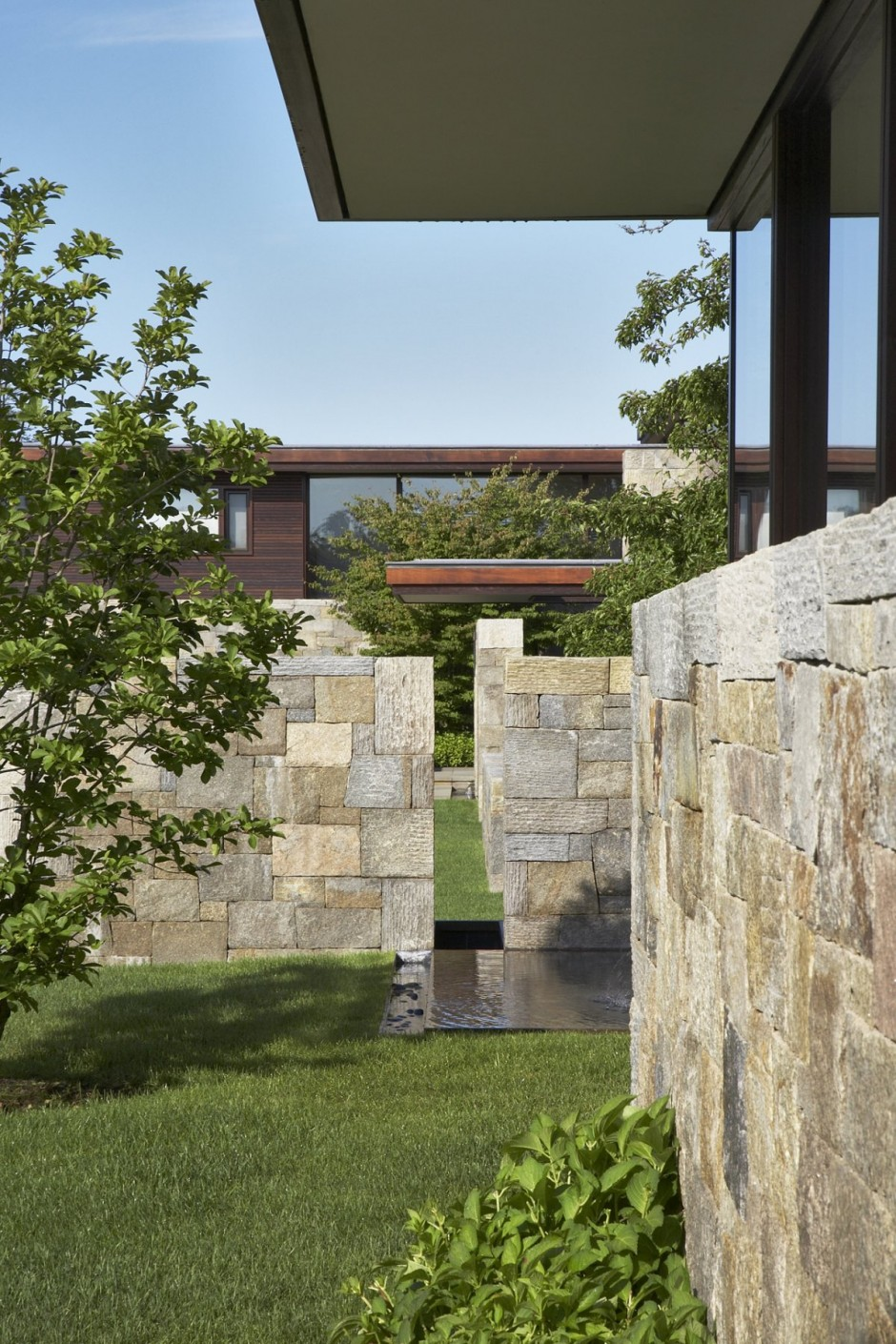 Weekend Houses With Outdoor Stone And Water Features Long