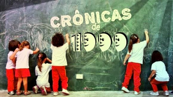 Crianças riscando um quadro com giz.