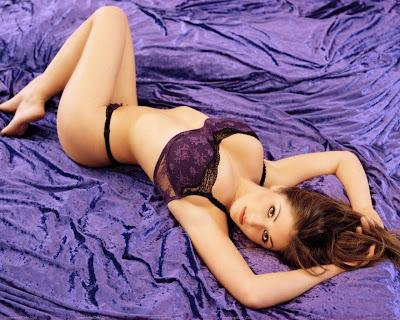 lucy_pinder_glamour_model_bikini_wallpaper_02_fun_hungama_forsweetangels.blogspot.com