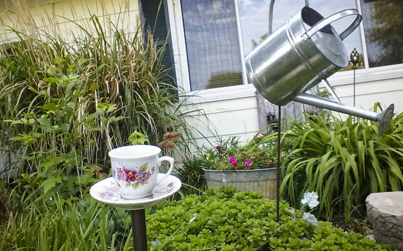 Do it yourself projects on the cheap garden decor for Do it yourself garden decorations