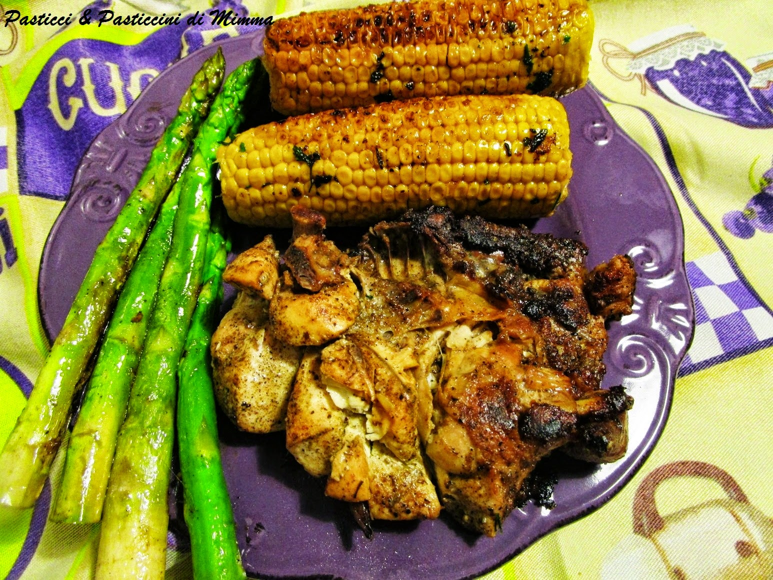 pollo alla piastra di terracotta con asparagi e pannocchie