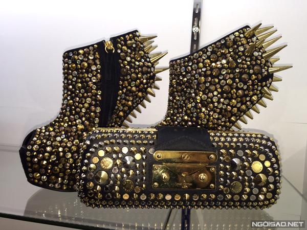 """Trong """"kho tàng"""" đồ hiệu của mình, cô thích nhất chiếc ví cầm tay Louis Vuitton limited gắn đầy đinh tán cá tính, trị giá 8.500 USD (gần 180 triệu đồng)."""