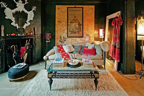 salon estucado verde con chimenea y sofa en beige